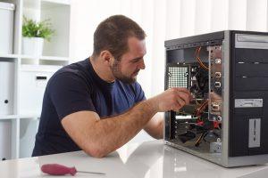 Réparateur de chez Rouen Informatique en pleine action